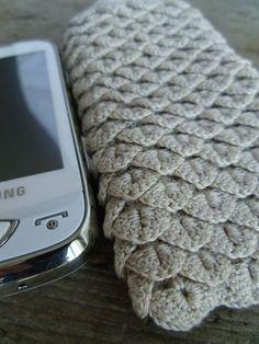 Crochet mobile phone cover, so very elegant.