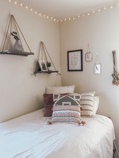 55 DIY Dorm Room Decorating Ideas on A Budget Ideas - Decoration Minimalist Dorm, Tidy Room, Dorm Room Designs, Cute Dorm Rooms, Boho Dorm Room, Room Setup, Diy Room Decor, Home Decor, Bedroom Decor Diy On A Budget