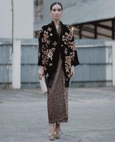 Source by umbrelly dress Kebaya Lace, Kebaya Hijab, Kebaya Dress, Batik Kebaya, Batik Dress, Lace Dress, Modest Fashion, Hijab Fashion, Fashion Dresses