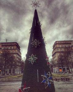 Pale świata choinki i inne takie. #winteriscominng #nowahuta #symetry #tannenbaum #choinka #święta #instaphoto #citylight
