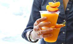 Fruchtige Erfrischung mit Promille: Der Pfirsich-Wein-Slushie.