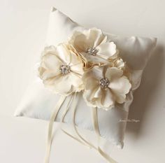 Etsy の Ring Bearer Pillow/ Wedding Pillow by jamiekimdesigns