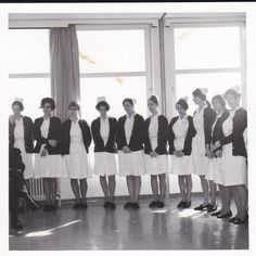 Eindexamengroep Maart 1968 Barbaraziekenhuis Geleen.. Dit ziekenhuis was midden 60 geopend. Zij droegen al witte jurken, hier wel met blauw vest.. Sommige droegen nog sluiertjes, maar de meesten een kleine kap.