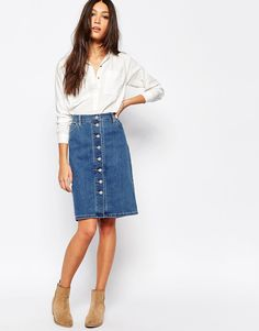 Levi's button down denim knee length skirt. Can't find one this season unfortunately! Denim Pencil Skirt Outfit, Midi Skirt Outfit Casual, Denim Skirt Outfit Summer, Midi Rock Outfit, Denim Skirt Outfits, Knee Length Pencil Skirt, Knee Length Skirts, Button Down Denim Skirt, 70s Mode