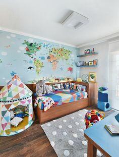 Um quartinho de menino fora do óbvio com roupa de cama @amomooui. O projeto é da Gruu Arquitetura que escolheu o lençol OVER geométrico e colorido para ser destaque da roupa de cama! As cores fogem do azul de sempre e colocam muito mais vida neste quartinho lúdico. Além de divertido como todo todo quarto de criança deve ser, há também muito conforto com várias almofadas e o mix de estampas que adoramos! #quartodemenino #decoracao #arquitetura #colorido #kidsroom #colorful