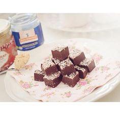 """""""Så var det dags för gottareceptet! Till denna chokladfudge behövs följande: ' - Cashewsmör - Dadelsirap - Kokosolja - Vanilj - Kakao"""