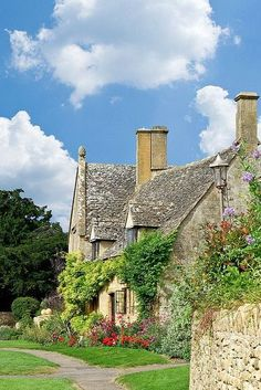 I am utterly besotted w/ this absolutely perfect Cottage in the Cotswolds, England