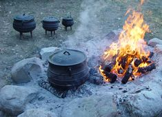 I need a soup/bean pot style dutch oven. Dutch Oven Cooking, Dutch Oven Recipes, Fire Cooking, Dutch Ovens, Camping Meals, Family Camping, Camping Recipes, Camping Stuff, Camping Tips