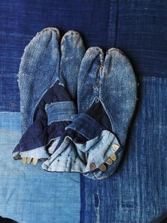 Indigo is among the oldest dyes to be used for textile dyeing and printing. Many Asian countries, such as India, China, Japan and South East Asian nations have used indigo as a dye (particularly silk dye) for centuries. Azul Indigo, Bleu Indigo, Mood Indigo, Indigo Dye, Boro, Tabi Socks, Looks Jeans, Japanese Denim, Japanese Socks