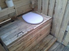 Pallet Outdoor Toilet - Pallet