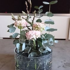 Magnolia får va med i allt nu för den är ju så vacker #pompomranunculus #eucalyptus #klong #ängvas #magnolia #bloomingdesign #blommor #blommorilinköping #flowers #flowerstagram #linköping Planting Flowers, Flower Arrangements, Beautiful Flowers, Scenery, Bouquet, Interior, Plants, Inspiration, Bathroom