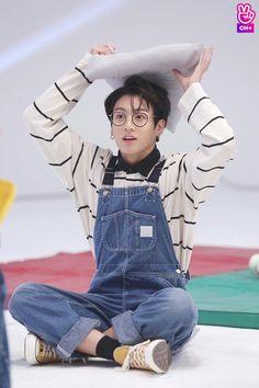 """(KPOPLINE) - Đã quá quen với hình tượng cực ngầu cực chất lại còn quyến rũ của thần tượng Hàn Quốc trên sân khấu âm nhạc, nhưng đôi lúc fan cũng thích thú khi được chứng kiến thời trang """"cưa sừng làm nghé"""" với quần yếm của idol."""