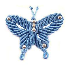 Broche papillon bleu en macramé