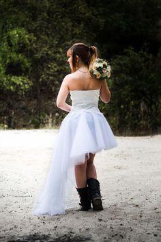 Alicia, collection 2017.  Robe de mariée rock, en tulle, avec un bustier de soie et guipure.  Robe asymétrique courte et longue à la fois.  #robedemariée #rock #bridetobe #creatrice #gaellebeaulieu #fabriqueenfrance #robe #tulle #guipure