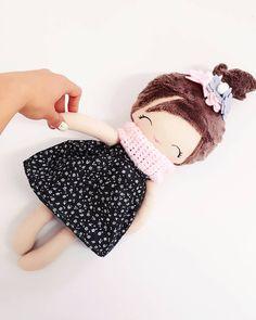 Własnie sobie uświadomiłam, że święta za nieco ponad tydzień trzeba łapać za odkurzacz i mopa, a później zająć się dekoracjami ❤ ciapa ze mnie jakich mało, albo tyle na głowie Nie ma czasu na gdybanie, do roboty! #handmadedoll #doll #dolls #ragdoll #fabricdoll #clothdoll #dollmaker #dollmakers #dressupdoll #lalka #lala #laleczka #lalkaszmaciana #instamama #instadziecko #dziewczynka #dziecko #nursery #rodzew2017 #rodzew2018 #mojewszystko #jestembojestes