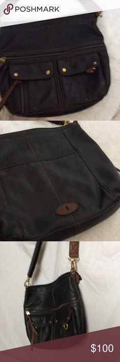 """Fossil crossbody Great condition Morgan top zip messenger crossbody.pockets and zipper compartment on front. Pocket on back. Pockets inside. Purse 14"""" wide, 12"""" tall. Wide adjustable removable shoulder strap. Fossil Bags Crossbody Bags"""
