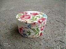 Malá šperkovnička dekorovaná dekupážou s motívom kvetiniek. Vhodná aj ako darčekové balenie na náramky a náušničky z našej ponuky.