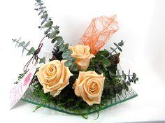 Rosas preservadas, con eucalyto y hedera, bonita composición floral que te durará muchos años tal cual, sin ningún cuidado