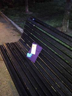 Aquí, en el parque, tranquilamente, esperando a su nuevo lector. #diadellibro #granniesbookcrossing