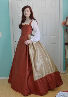 Making a Century Kirtle, Part Three – Angela Clayton's Costumery & Creations Mode Renaissance, Costume Renaissance, Renaissance Clothing, Renaissance Fashion, 16th Century Clothing, 16th Century Fashion, 14th Century, Tudor Costumes, Period Costumes