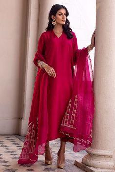 Asian Wedding Dress Pakistani, Simple Pakistani Dresses, Pakistani Outfits, Indian Outfits, Indian Fashion Dresses, Indian Designer Outfits, Designer Dresses, Fashion Outfits, Fashion Blouses