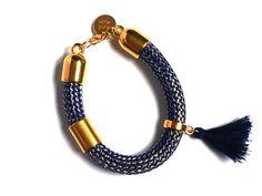 Handmade. De Dreamz armband is een prachtig sieraad met onderdelen van Europees designer quality. Helemaal leuk en de trend voor dit jaar! http://bylieske.biedmeer.nl/dreamz-blue-grey-pompon-diverse-kleuren