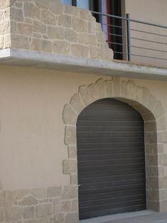 Restauración de marcos de puertas y ventanas con piedra artificial.