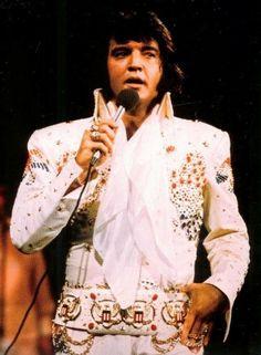 Elvis Aloha Rehearsal concert - note the longer hair style - Saiba mais sobre Lendas da Músicas no E-Book Gratuito – 25 VOZES QUE MUDARAM A HISTÓRIA DA MÚSICA em http://mundodemusicas.com/vozes-musica/