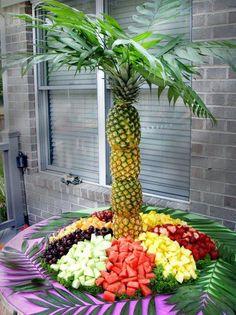 Tropiskt tema! Sätt de urgröpta frukterna på tex en parasollstång