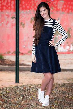 Jardineira Kabene Outono Marinho 4865 é na Saia Bella, Compre Moda Evangélica Online! Modest Outfits, Skirt Outfits, Modest Fashion, Trendy Outfits, Girl Fashion, Fashion Dresses, Cute Outfits, Modest Wear, Fashion News