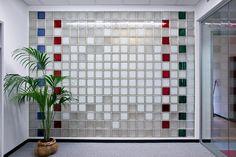 Tijolo de Vidro: Modelos, Preços e 60 Fotos Inspiradoras! Glass Blocks Wall, Block Wall, Interior Walls, Interior Design, Glass Brick, Commercial Interiors, Photo Galleries, Holiday Decor, Home Decor