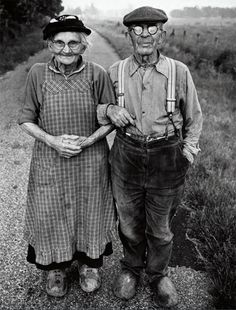 Black and White Vintage Photography: Take Photos Like A Pro With These Easy Tips – Black and White Photography Vieux Couples, Old Couples, Cute Couples, Black White Photos, Black And White Photography, Old Pictures, Old Photos, Old School Pictures, Vintage Photographs