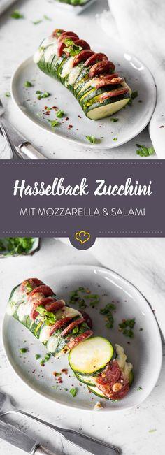 Bei dieser Hasselback Zucchini wird sie erst fächerartig geschnitten und dann mit Mozzarella und Salami belegt. Für köstlichen Geschmack!
