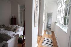 Imagen del pasillo de entrada que conecta a los distintos ambientes. A la izquierda, el sector social y el dormitorio; a la derecha, la cocina; y al frente, el baño. En total, el depto tiene 44 m2. Foto:Guadalupe Aizaga