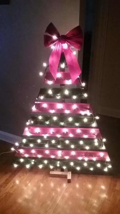 Easy Pallet Christmas Tree Under 15 Bucks! Pallet Tree, Pallet Christmas Tree, Christmas Tree Pattern, Christmas Projects, Holiday Crafts, Holiday Decor, Christmas Trees, Christmas Christmas, Vintage Christmas