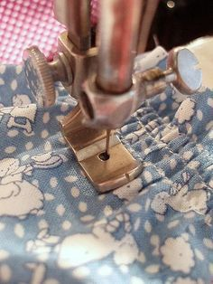 Sewing Tutorials Singer Featherweight 221 Shirring Foot Attachment – The Singer Featherweight Shop - Ever wonder what you can do with this little attachment? See how you can use this Shirring Foot attachment on your Singer Featherweight Sewing Basics, Sewing Hacks, Sewing Tutorials, Sewing Crafts, Sewing Patterns, Sewing Ideas, Tatting Patterns, Dress Patterns, Techniques Couture