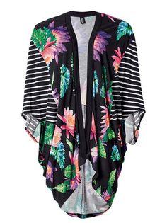 Casaco feminino hering tipo kimono estampado na cor preto em tamanho UNI. Inspirada na fauna e flora do pantanal, a coleção cápsula da Hering, a Nature Collection, explora as formas, texturas e cores da nossa natureza. Com estampa exclusiva, esse modelo de casaco tipo Kimono é tendência da estação. O caimento fluido é uma das suas principais características, bem como as mangas amplas. A peça desenvolvido em malha de viscose, possui corte tipo mullet e listras nas laterais. Moderno e com um…
