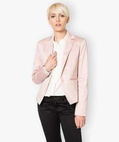 Veste unie pour femme à la coupe cintrée. Cette veste est idéale pour donner une touche de chic à votre tenue de ville.