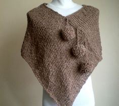 This hand knit ponchos is embellished with crochet flowers. And I dont have tutorials or crochet schema. Crochet Ruffle, Crochet Blouse, Crochet Shawl, Holiday Fashion, Fashion Spring, Knitting Patterns Free, Hand Knitting, Rose Jacket, Boucle Yarn