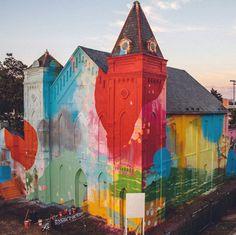 Estados Unidos De igreja abandonada a instalação artística. Usando a arquitetura original como inspiração, o artista HENSE usou pincéis, sprays e até esfregões para recontextualizar o espaço.