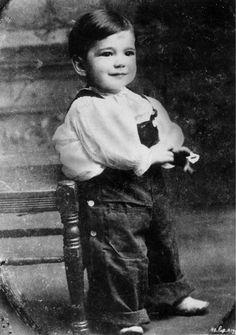 Bogie as a child. Such a cute little boy. Bogie was born on Christmas Day Humphrey DeForest Bogart Humphrey Bogart, Mr Olympia, Arnold Schwarzenegger, Janis Joplin, Vintage Hollywood, Classic Hollywood, Bodybuilder, Bogie And Bacall, Young Celebrities