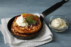 Blinit ✦ Venäläinen ruokaherkku, jonka sesonki on kuumimmillaan lopputalvesta. Tarjoa kasvisruokailijalle blinien kanssa sienisalaattia ja maustekurkkua. http://www.valio.fi/reseptit/blinit-4/ #resepti #ruoka