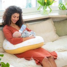 """Ein gutes Stillkissen ist nicht nur einBegleiter in der Stillzeit, sondern leistetschonals Lagerungskissen in der Schwangerschaft gute Dienste. Bei yaaBaby findest du sowohl große als auch kleine Stillkissen inunterschiedlichsten Designsund mit feinster Mikroperlen-Füllung. Hol dir jetzt mit dem Rabattcode """"YAAXMAS"""" 10% auf dein neues Stillkissen - ideal auch als Weihnachtsgeschenk! Die doomoo Stillkissen sind: 💚Schadstofffrei 💚Nachfüllbar 💚Ökotex zertifiziert"""