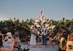 Свадебный декор — это полный полёт фантазии, а значит, можно экспериментировать, ничего не боясь! И даже традиционную свадебную арку можно заменить интересной и необычной инсталляцией. Очень креативно и оригинально!  Фото @nadia.pro  Видео @meandmywife_films Ведущий @adismammo Организация и декор @bonweddings  #невестаинфо #свадьба #nevestainfo #wedding #декор #арка