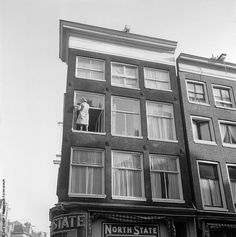 #Haarlemmerbuurt #Haarlemmerstraat hoek Buiten Brouwersstraat 1961 foto: Dolf Kruger