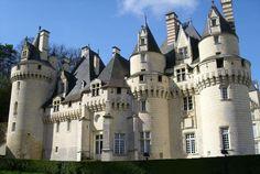 """Chateau d 'Useé (el castillo de la bella durmiente) Francia. La estructura del castillo actual fue construida a partir del siglo XV. Por su emplazamiento, estilo y ubicación, es difícil que además de lo adicionado por su historia, no despertara alguna leyenda. Aferrado a una colina, con vistas al bosque de Chino y junto a un río, el resultado es un castillo que se muestra majestuoso, y se promociona como el """"Castillo de la bella Durmiente"""", porque según se dice, fue el que inspiró la…"""