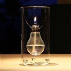 Lampe à huile Edisun - La lampe à huile se compose d'une ampoule en verre sablé, suspendue à un cylindre en verre par une fine tige en métal. Le résultat : une source lumineuse ultra tendance aux lignes pures qui vous permettra de créer une ambiance chaleureuse et subtile.