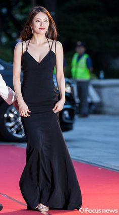 All Of Korea's Jaws Collectively Dropped When Suzy Showed Up In This Sexy Black Dress Low Cut Black Dress, Miss A Suzy, Instyle Fashion, Bae Suzy, Korean Actresses, Korean Celebrities, Dress Drawing, Colourful Outfits, Red Carpet Dresses