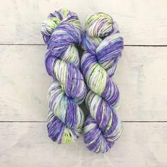 再販しました。(Lot. 2)手染めの1点ものになります。かせの中心より2つ折りで染めています。靴下など対になるものは柄合わせが容易です。タイトルはシベリウスのピアノ小品「Iris(あやめ)」より。雨の中に咲いているあやめをイメージしながら染めました。単... Hand Dyed Yarn, Iris, Bearded Iris, Irises