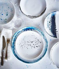 Pratos FÄRGRIK da IKEA empilhados numa mesa, prontos para serem pintados
